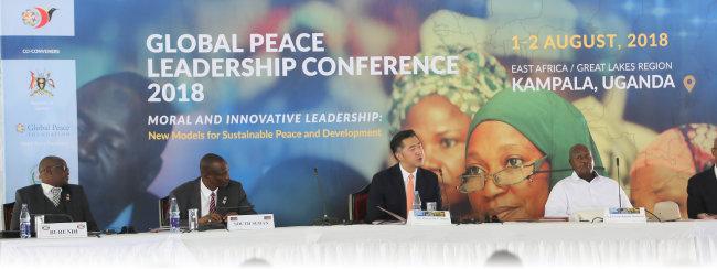 8월 1일(현지시간) 우간다 수도 캄팔라에서 열린 '글로벌피스 리더십 콘퍼런스(GPLC) 2018'에 참석한 요웨리 무세베니 우간다 대통령(오른쪽에서 두 번째)과 문현진 글로벌피스재단(GPF) 세계의장(왼쪽에서 세 번째). [GPF 제공]
