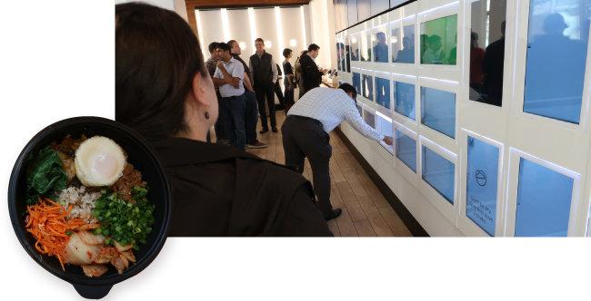 샐러드 식당 잇사에서 음식을 주문한 고객들이 액정표시장치(LCD) 스크린을 보며 자신의 주문 상황을 확인하고 있다. 완성된 음식은 스크린 아래에 있는 배식구 문을 열고 찾아가면 된다(오른쪽). 잇사에서 필자가 주문한 비빔밥.