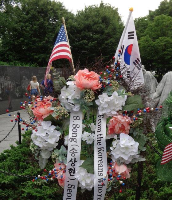 2013년 4월 미국 워싱턴 한국전참전용사기념비에 헌화했다.