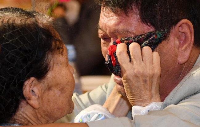 8월 26일 북한 금강산호텔에서 열린 이산가족 작별상봉에서 북측 리근숙(84·왼쪽) 씨가 남측 동생 황보우영(69) 씨의 눈물을 닦아주고 있다. [동아DB]