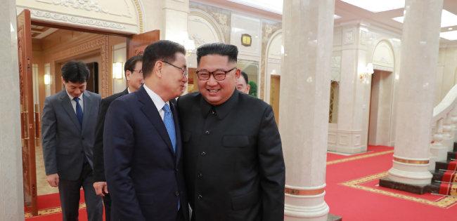 정의용 청와대 국가안보실장(왼쪽)이 9월 5일 평양에서 김정은 북한 국무위원장에게 귀엣말을 하고 있다. [청와대 제공]