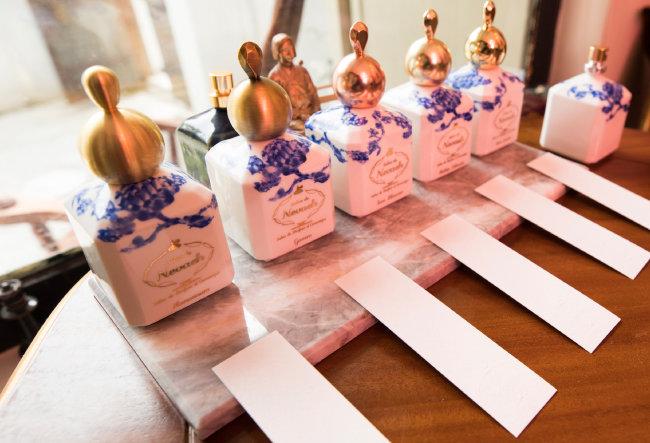 향수공방 '살롱드느바에'에 비치돼 있는 2017년산 향수. 프랑스 파리에서 론칭했으며 동양적인 은은한 향기가 매력적이다.