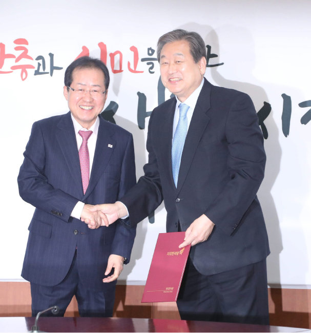자유한국당(새누리당) 대표를 지낸 홍준표 전 의원과 김무성 의원. [김동주 동아일보 기자]