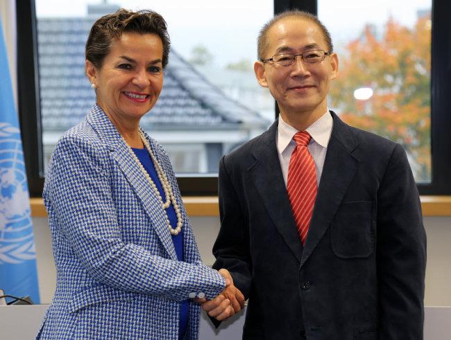 이회성 IPCC 의장(오른쪽)이 2015년 10월 당선 직후 크리스티아나 피게레스 유엔기후변화협약 사무국장과 만났다. [IPCC제공]