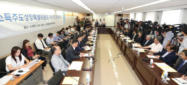 9월 6일 서울 종로구 재정개혁특위 대회의실에서 열린 소득주도성장특별위원회 제1차 전체회의. [동아DB]