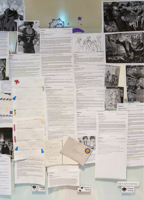 서울 마포 체리츠 사무실 게시판에는 세계 각국에서 온 '팬레터'가 가득 붙어 있다. [김도균 기자]
