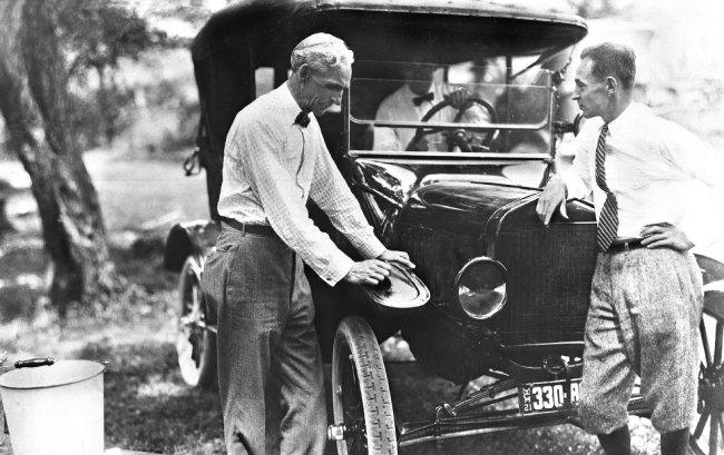 미국 포드재단도 처음엔 경영권 유지를 위해 만들어졌지만 지금은 공익사업을 선도하는 모범적인 기업재단이 됐다. 사진은 포드재단 설립자 헨리 포드(왼쪽)와 그의 아들 포드 2세. [동아DB]