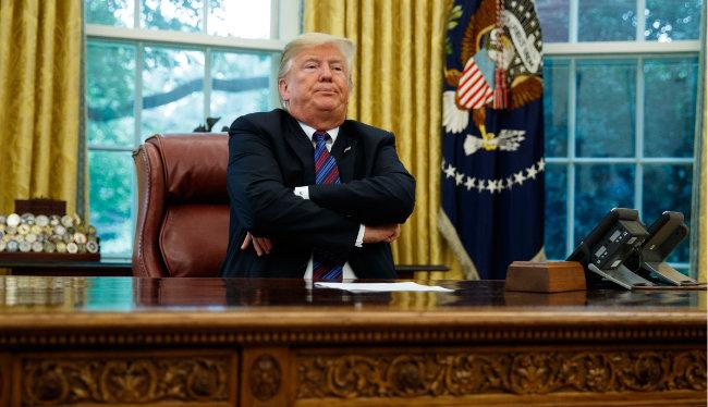 도널드 트럼프 미국 대통령이 8월 27일(현지 시간) 백악관 오벌오피스(집무실)에서 팔짱을 낀 채 앉아 있다.