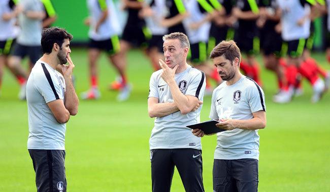 파울루 벤투 감독이 이끄는 남자 축구대표팀이 9월 4일 파주 국가대표트레이닝센터(NFC)에서 훈련을 했다. 벤투 감독이 선수들의 훈련모습을 지켜보며 코치들과 이야기를 나누고 있다. [동아DB]