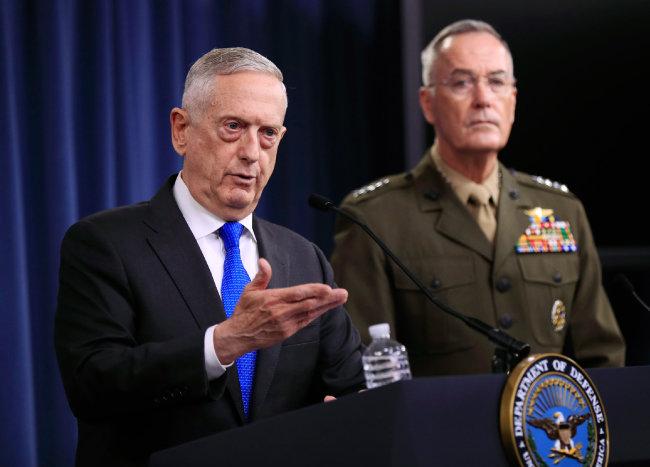 """제임스 매티스 미국 국방장관(왼쪽)이 8월 28일(현지 시간) 펜타곤(국방부 청사) 기자회견에서 """"한미 연합훈련을 추가로 중단할 계획이 없다""""고 밝히고 있다. [동아DB]"""