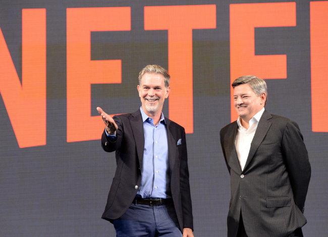 세계 최대 동영상 서비스 기업 넷플릭스의 리드 헤이스팅스 공동 창립자 겸 최고경영자(CEO·사진 왼쪽)와 테드 사란도스 최고콘텐츠책임자가 2016년 서울 영등포구 국제금융로 콘래드호텔에서 기자간담회를 열었다. [동아DB]