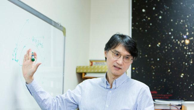이석영 연세대 교수가 연구실 칠판 앞에 서서 우주에 대해 설명하고 있다. [김도균 기자]