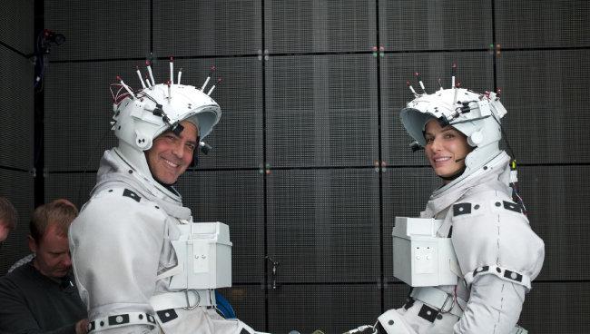 영화 '그래비티'의 두 주인공 산드라 블록(오른쪽)과 조지 클루니는 우주 공간에서 표류하는 인간의 공포를 실감 나게 연기했다.