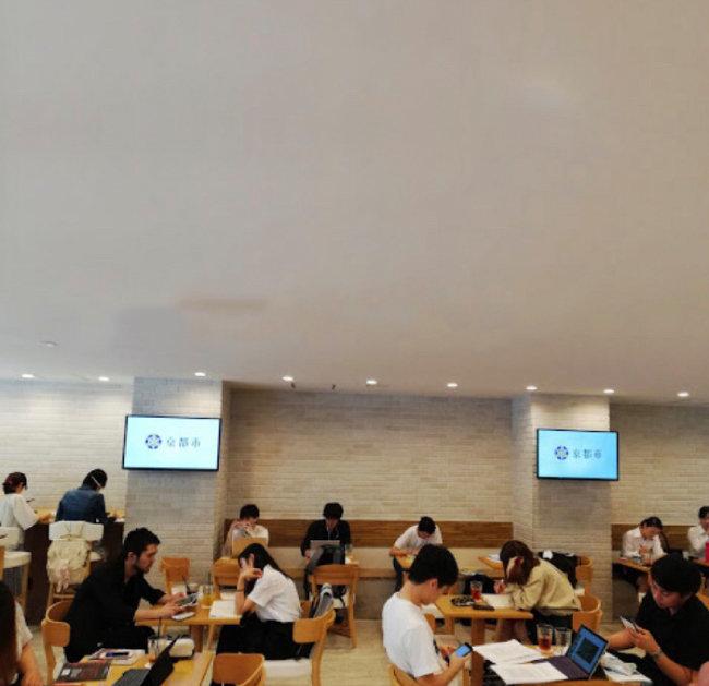 일본 게이오대학 내 무료로 운영되는 커피숍