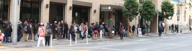 샌프란시스코 텐더로인 지역의 봉사단체가 제공하는 무료 점심을 먹으려고 줄을 선 사람들.
