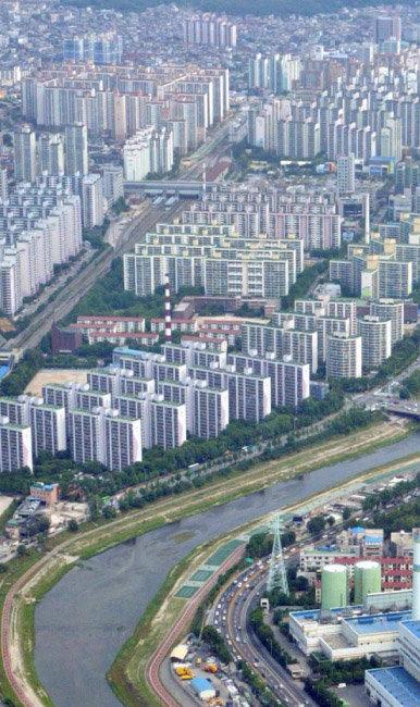서울 중랑천을 따라 늘어선, 노원구와 도봉구 아파트.