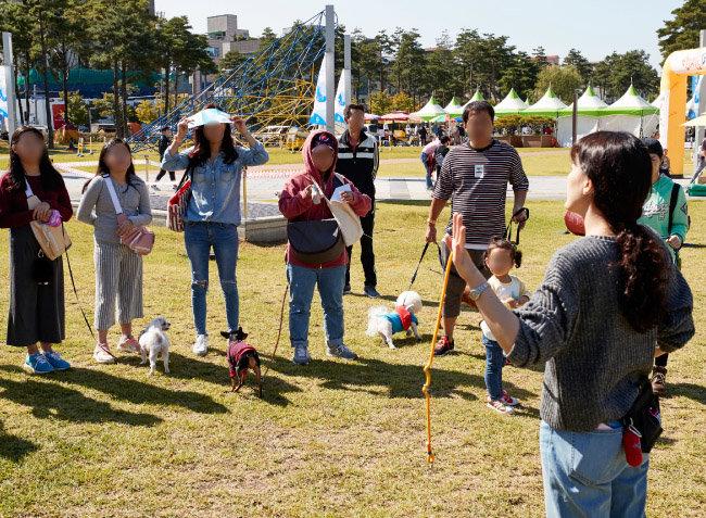 10월 3일 성남시청 앞 광장에서 '반려동물 페스티벌'이 열렸다. 올바른 산책교실 코너에서 '반려견과 함께하는 산책 매너' 교육이 한창이다.