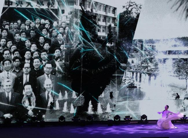 중앙대의 역사를 보여주는 사진 앞에서 펼쳐진 기념 공연 광경.