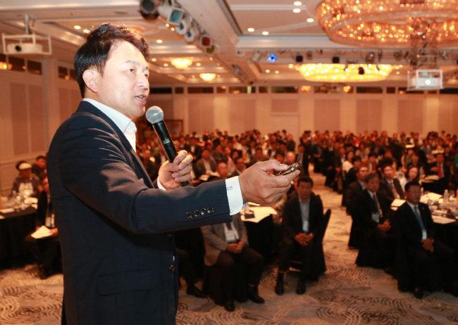 9월 11일 '제주경제와 관광포럼 100회 기념 특별세미나'에서 원희룡 지사가 블록체인을 주제로 강연하고 있다.