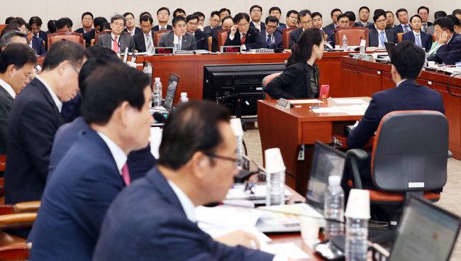 10월 10일 서울 여의도 국회에서 열린 산업통상자원중소벤처기업위원회 국정감사에서 의원들이 질의하고 있다. [뉴시스]