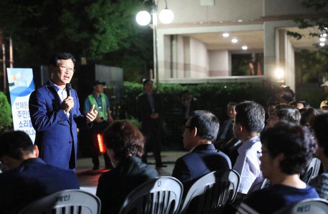 김대권 수성구청장이 7월 12일 황금동 주민과 토크 콘서트를 하고 있다. [수성구청 제공]