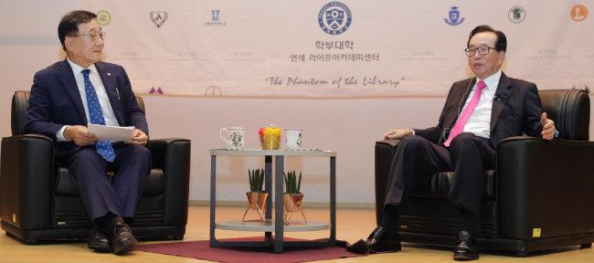 김용학 연세대 총장(왼쪽)과 김재철 동원그룹 회장이 9월 18일 인천 송도 연세대 국제캠퍼스에서 대화를 나누고 있다. [박해윤 기자]