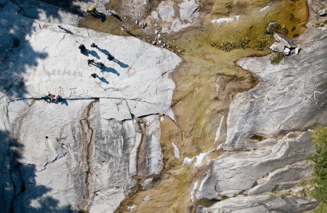무릉바위는 1000명이 앉을 수 있다는 거대한 암반이다.