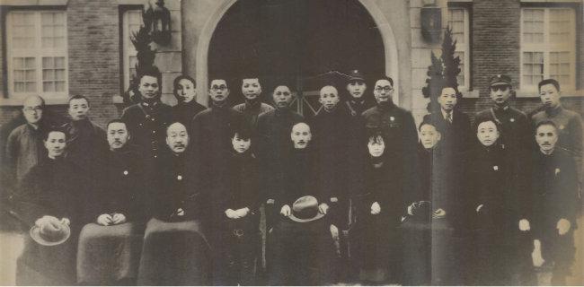 시안사건 속 국민당원. 앞줄 가운데가 장제스.
