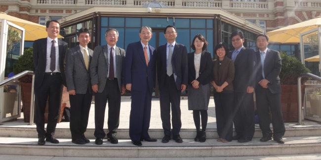 2014년 국제형사재판소를 방문한 서울대 법대 교수들. 왼쪽에서 네 번째가 나다.