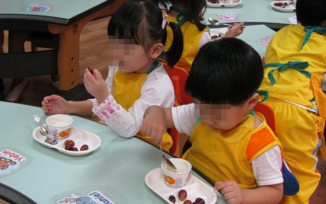 한 사립유치원에서 원아들이 간식을 먹고 있다. [동아DB]