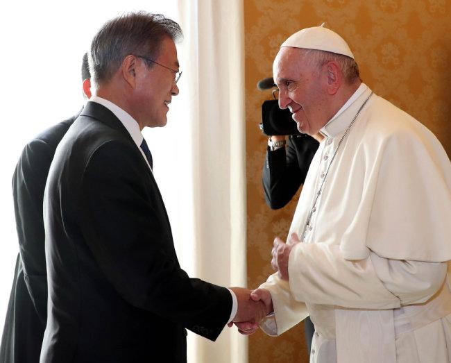 문재인 대통령이 10월 18일 로마 바티칸 교황궁에서 프란치스코 교황과 인사하고 있다. [뉴시스]