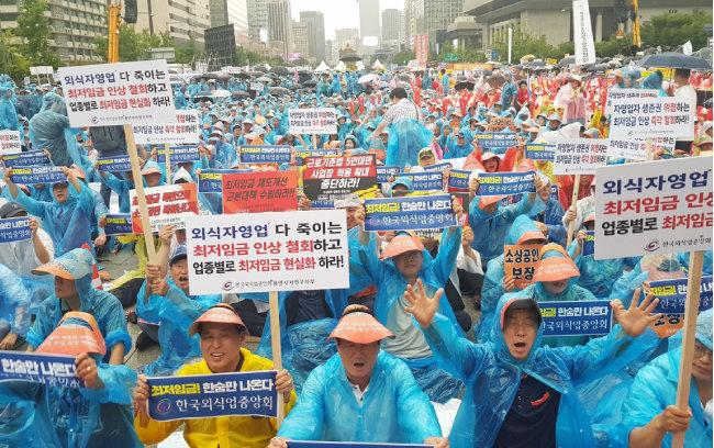 8월 29일 서울 광화문광장에서 소상공인들이 '최저임금 인상 반대'를 외치고 있다. [박영대 동아일보 기자]