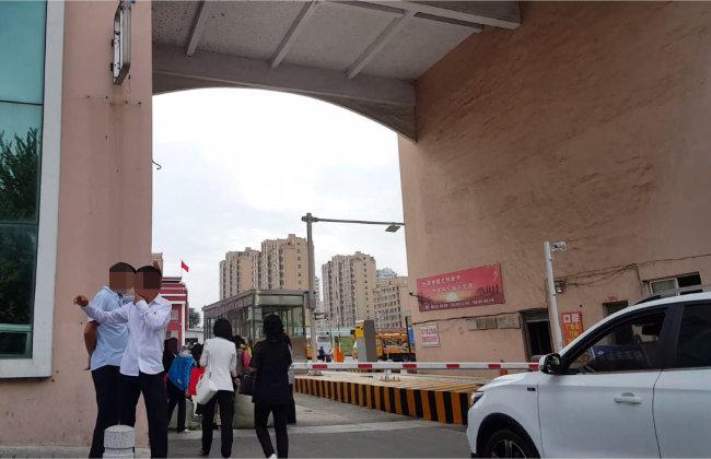 9월 20일 북한 노동자들이 출국을 앞두고 단둥세관 앞에 서 있다. [단둥=윤완준 동아일보 특파원]
