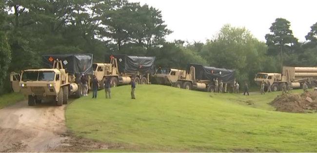 2017년 9월 7일 경북 성주군 초전면 성주골프장 사드기지로 반입된 발사대 4기를 주한미군이 점검하고 있다.