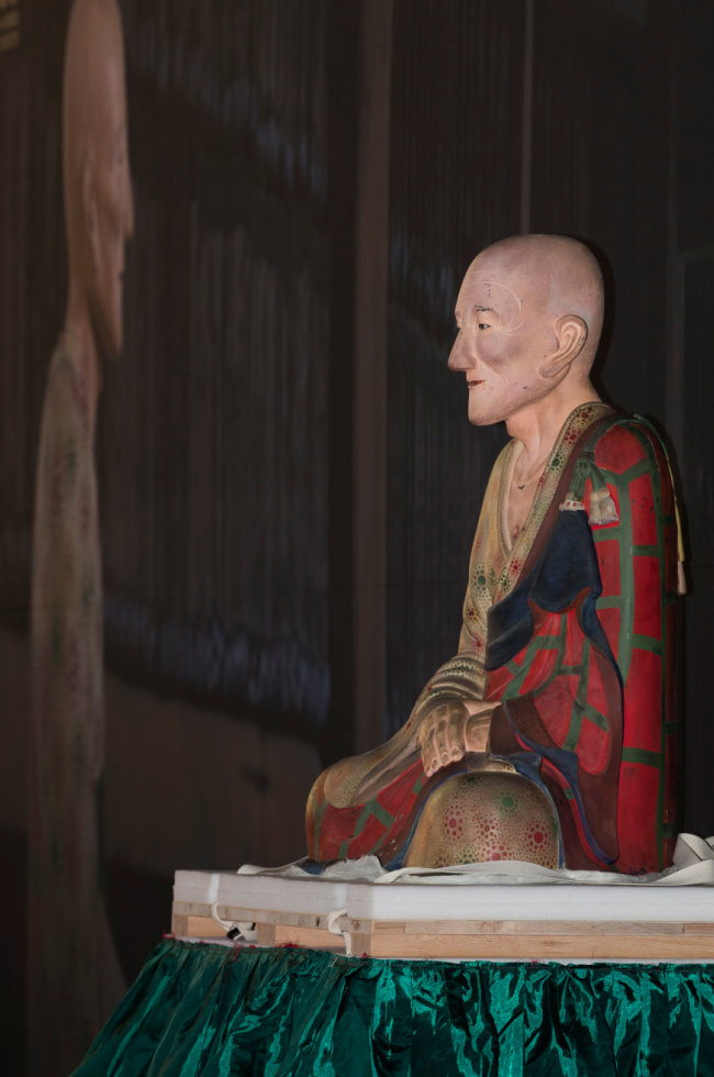 고려 왕건의 스승인 희랑대사 좌상. 일반인에게 공개된 건 1000년 만이다.