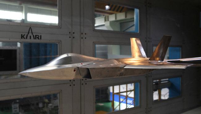 한국항공우주산업(KAI)과 한국항공우주연구원이 2016년 6월 22일 대전 항우연 저속풍동시험실에서 KFX의 기체 형상 설계를 위한 풍동시험에 착수했다. [한국항공우주연구원 제공]