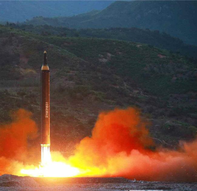 북한 중거리탄도미사일 화성-12형 발사 장면. [동아DB]