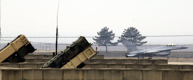 전북 군산시 미 공군부대의 패트리엇(PAC-3) 방공미사일과 F-16 전투기. [박영철 동아일보 기자]