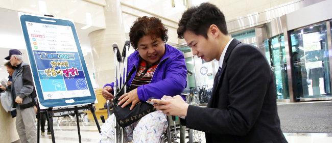 강동경희대병원은 '스마트가이드' 서비스를 통해 의료서비스 전 과정을 스마트폰으로 확인할 수 있다.