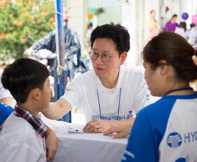 베트남에서 의료봉사를 하는 강동경희대병원 의사들.