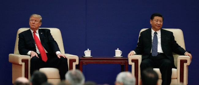 도널드 트럼프 미국 대통령이 2017년 11월 9일 중국 베이징 인민대회당에서 열린 미·중 기업인 행사에 시진핑 국가주석과 함께 참석해 서로 다른 방향을 바라보고 있다.