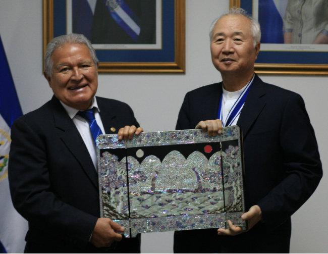 9월 12일 이승헌 글로벌사이버대 총장(오른쪽)이 엘살바도르 정부 최고상을 수상한 후 산체스 세렌 대통령과 기념 사진을 촬영하고 있다.
