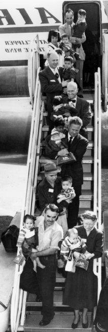전세기로 미국에 도착한 입양아들.
