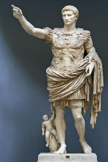 초대 로마 황제 아우구스투스가 군장을 하고 연설하는 모습을 조각한 대리석상. [한국민족문화대백과사전, 위키피디아]