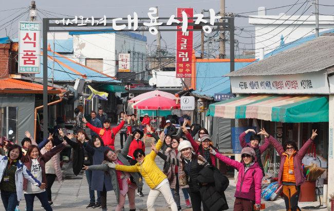 교동도 최고 번화가 대룡시장. 오래된 골목시장 풍경이 관광객을 꾸준히 불러 모은다.