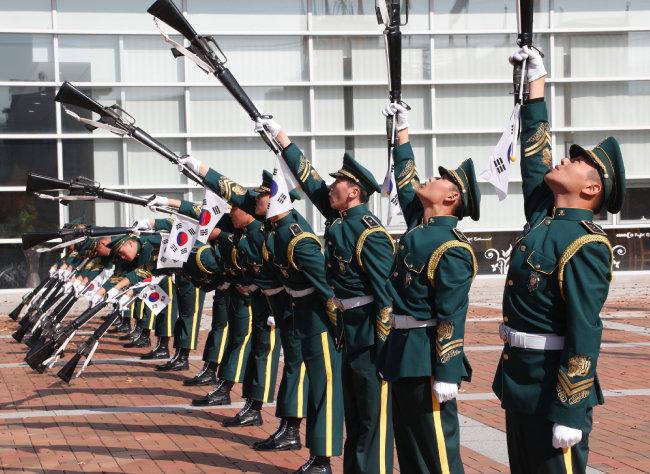 군 의장대의 개막식 행사.