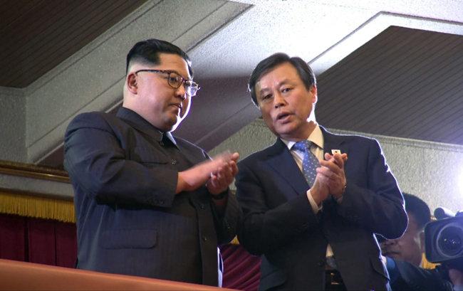 도종환 장관이 2018년 4월 1일 평양 동평양대극장에서 열린 '봄이 온다' 공연을 북한 김정은 국무위원장과 관람하며 이야기를 나누고 있다. [동아DB]