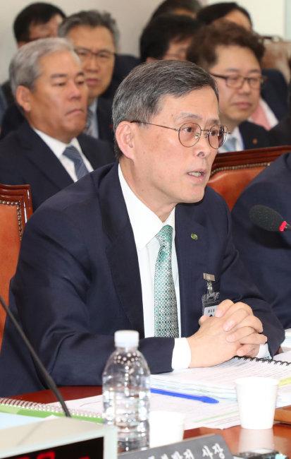 2018년 10월 18일 국회에서 열린 산업통상자원중소벤처기업위원회의 한국수력원자력 등에 대한 국정감사에서 정재훈 한국수력원자력 사장이 답변하고 있다.