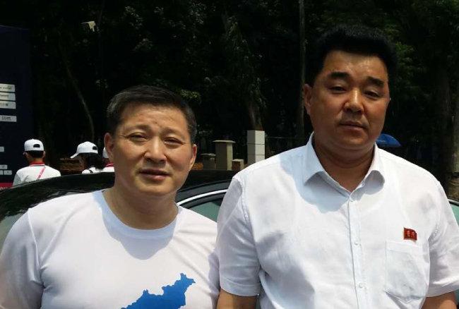 유완영 SGI컨설팅 회장(왼쪽)과 김일국 북한 체육상. 2018년 9월 자카르타-팔렘방 아시아경기대회 때 찍은 사진이다.