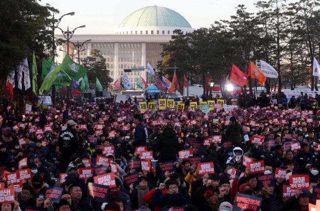 민노총을 비롯한 50여 개 단체가 모인 민중공동행동이 2018년 12월 1일 서울 영등포구 국회의사당 앞에서 주최 측 추산 1만5000명이 참여한 가운데 '2018 전국민중대회'를 열고 있다. [동아일보 장승윤 기자]